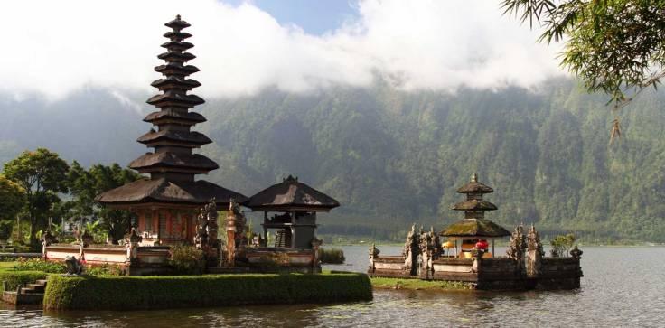 Chedi-Club-Ubud-Bali-DES-UlunDanauTempleBali.jpg